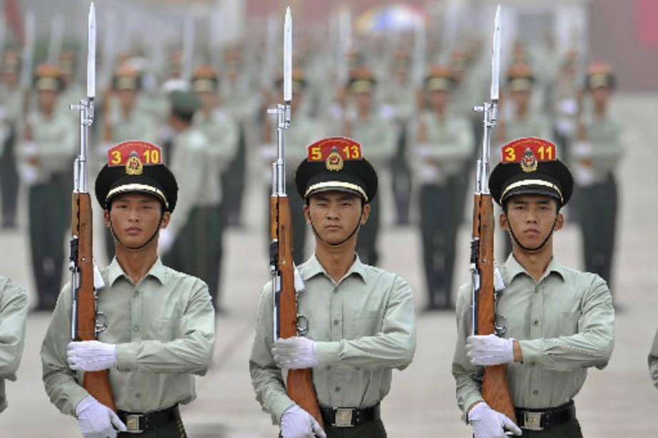 Les exercices militaires se multiplient dans les rues... (Photo Reuters)
