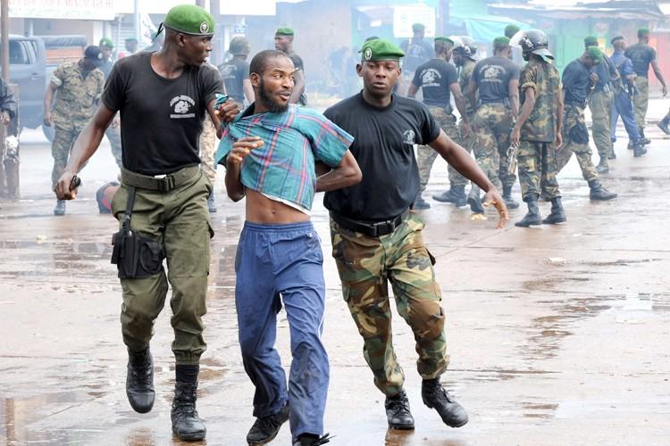 Des policiers arrêtent un homme lors des manifestations... (Photo: archives AFP)