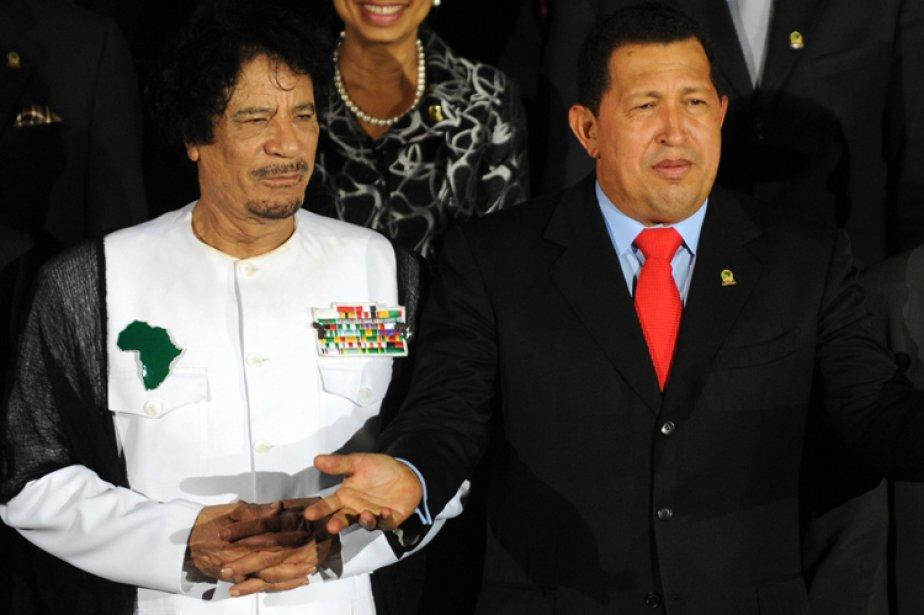 Mouammar Kadhafi et Hugo Chavez à Caracas, en... (Photo: AFP)