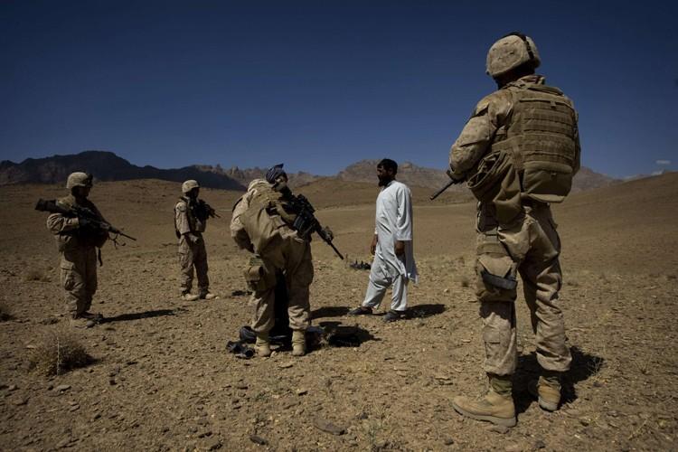 Des Marines appréhendent un suspect dans la province... (Photo: AFP)