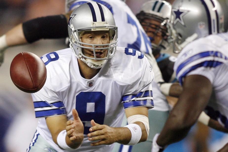 Tony Romo passe le ballon à Felix Jones.... (Photo: Reuters)