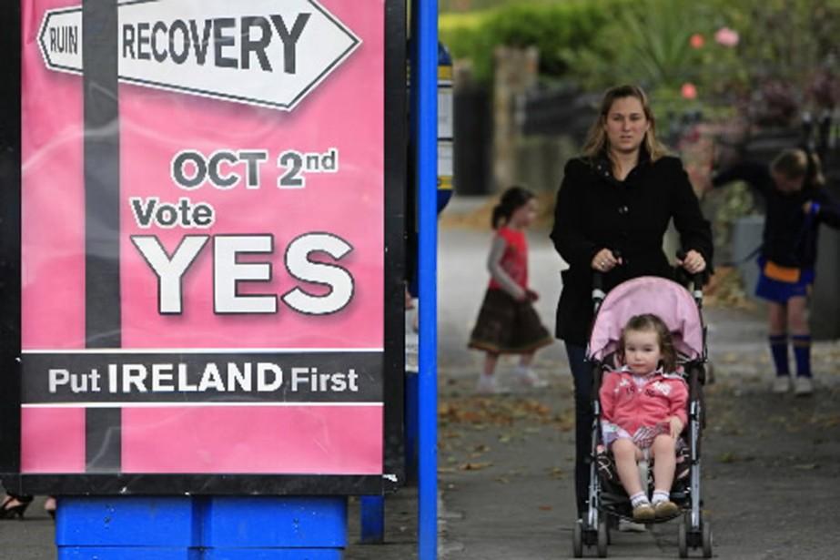 Les rues de Dublin sont tapissées d'affiches invitant... (Photo AFP)