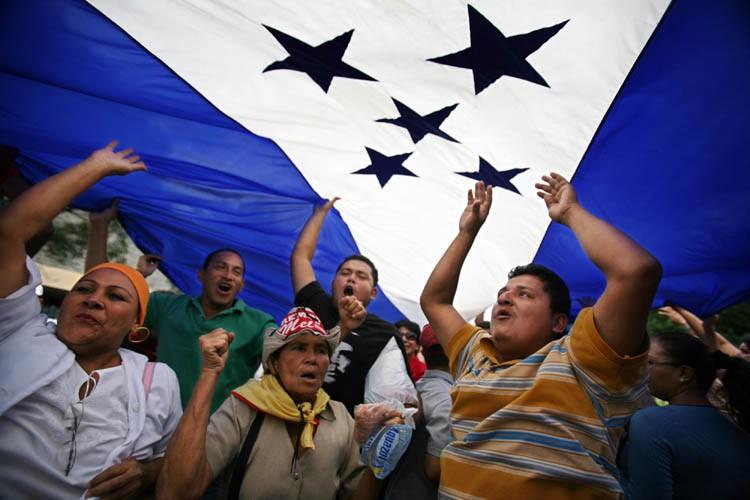 Des supporters de Manuel Zelaya manifestent à Tegucigalpa.... (Photo: AP)