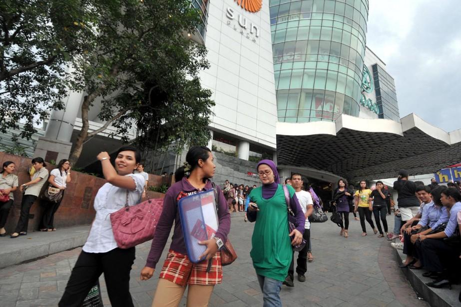 Les employés des tours à bureau de Padang... (Photo AFP)