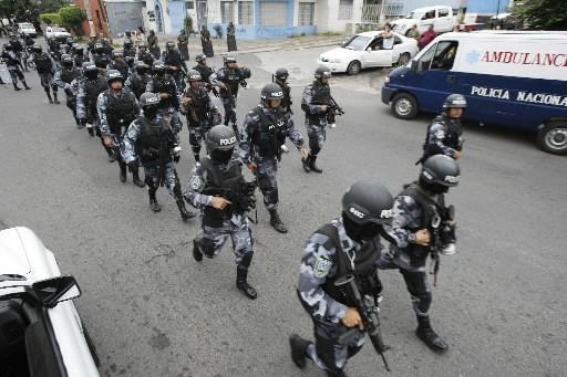 Mercredi, à l'aube, un grand nombre de militaires... (Photo Reuters)