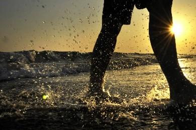 Un jeune homme marche sur une plage... (Photo: AFP)