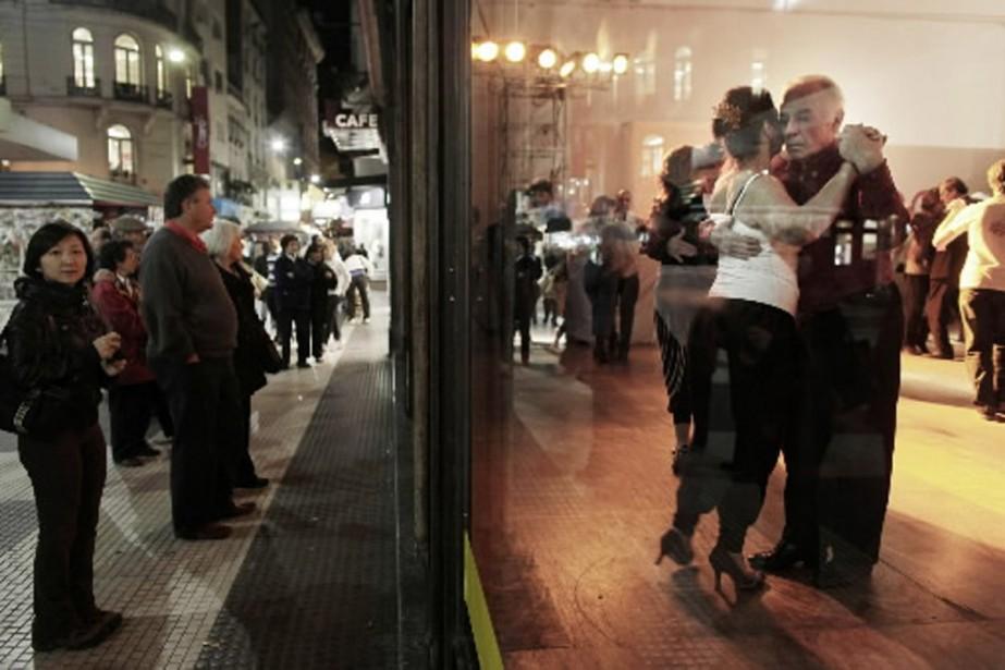 Démonstration de tango dans les rues de Buenos... (Photo AFP)