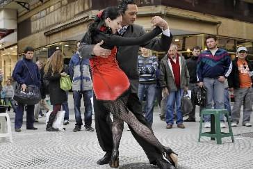 Un couple danse le tango à Buenos Aires... (Photo: AFP)