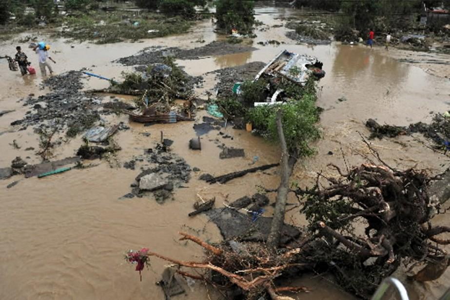 Des glissements de terrain, vendredi, ont fait au... (Photo AFP)