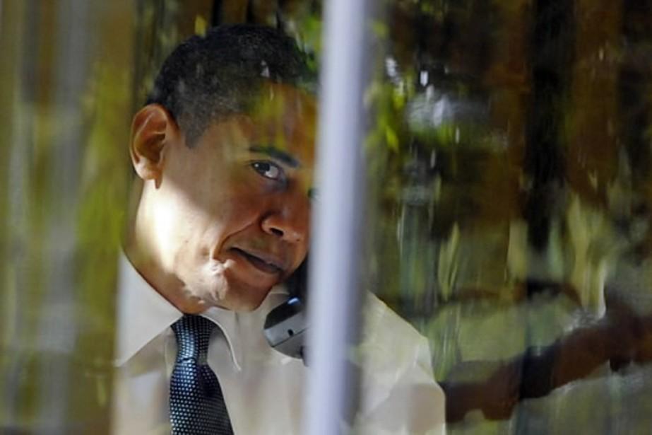 Barack Obama, au téléphone à la Maison-Blanche, quelques... (Photo AFP)