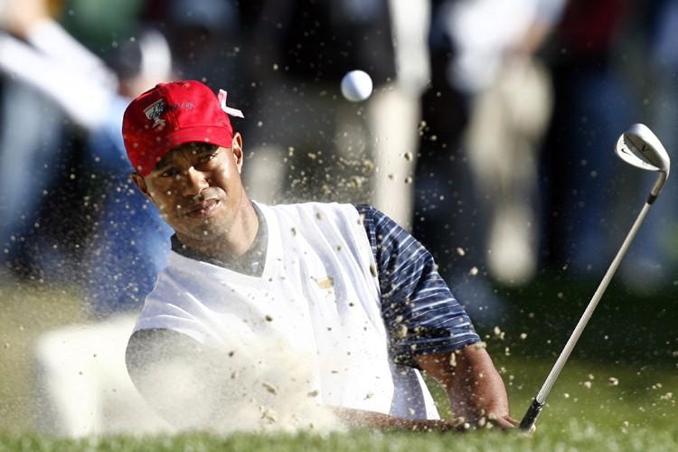 Tiger Woods a effectué une sortie de fosse... (Photo: Reuters)