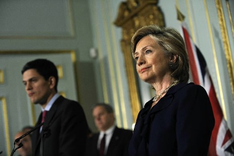 Hillary Clinton a rencontré à Londres son homologue... (Photo AFP)