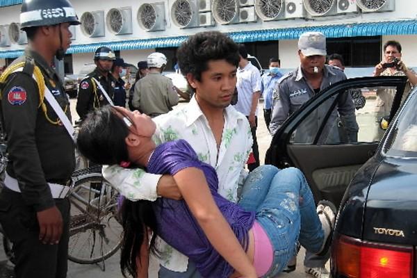 Au moins 500 ouvriers ont été victimes d'évanouissements lundi... (Photo: AFP)