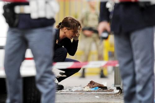 Une policière examine les débris laissés par la... (Photo Reuters)