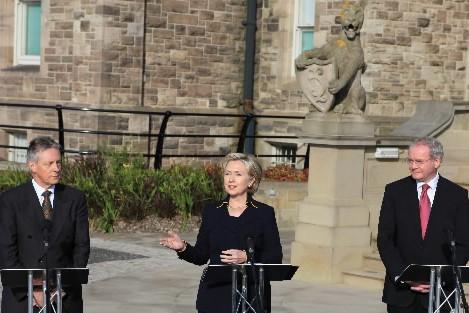 Hillary  Clinton donne une conférence de presse... (Photo AFP)