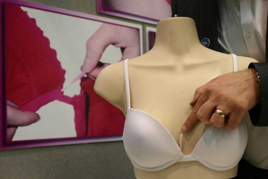 Une attache pour réparer un soutien-gorge présentée au... (Photo: AFP)