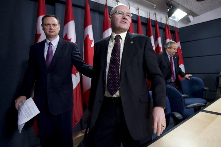 Le député libéral Wayne Easter (au centre, accompagné... (Photo: PC)