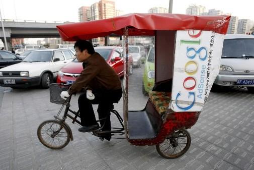 Un homme roule dans les rues de Pékin.... (AP)