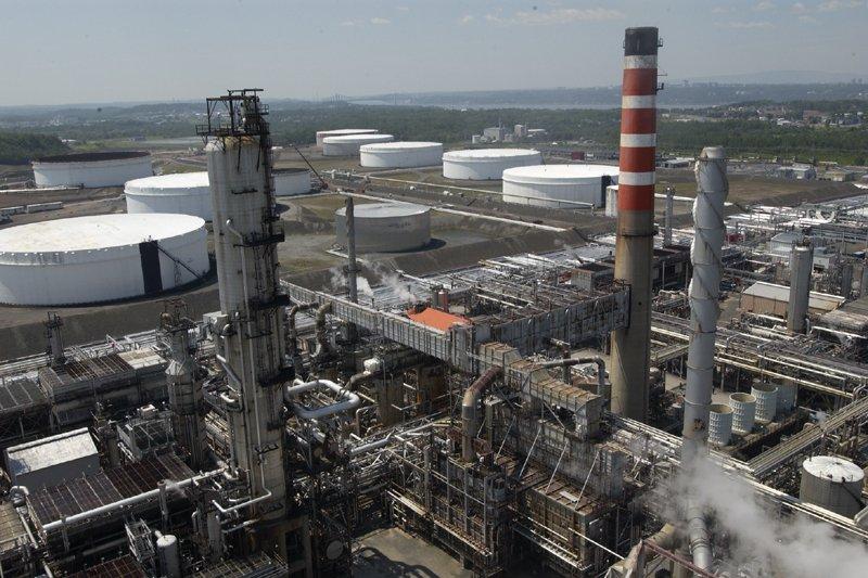 La raffinerie deLévisdevrait accueillir dans les prochaines semaines... (Photo Jean Goupil, archives La Presse)