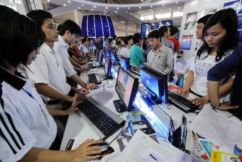 Des jeunes Vietnamiens dans un salon de l'informatique... (AFP)