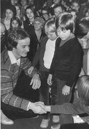 Gilles Villeneuve et son fils Jacques entourés de jeunes partisans. | 1 mars 2011