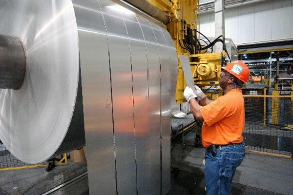 Un employé inspecte un rouleau d'aluminium, dans une... (Photo : AP)
