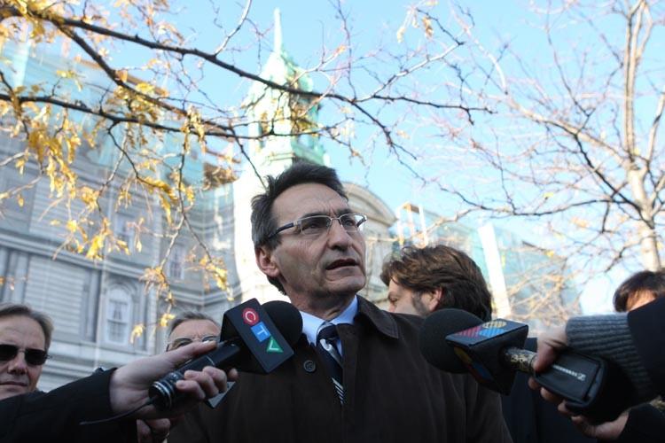 Richard Bergeron en conférence de presse devant l'hôtel... (Photo: Martin Chamberland, La Presse)