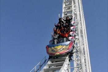 Des montagnes russes au parc d'amusement Fujikyu Highland... (Photo: Reuters)
