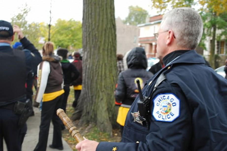 Des policiers interviennent lors d'une bataille à la... (Photo AFP)