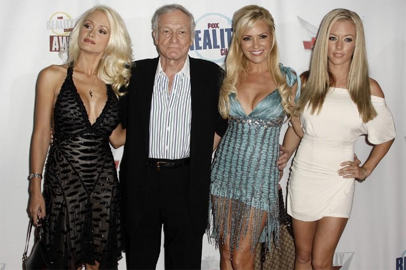 Hugh Hefner, fondateur du magazine Playboy, entouré des... (Photo Associated Press)