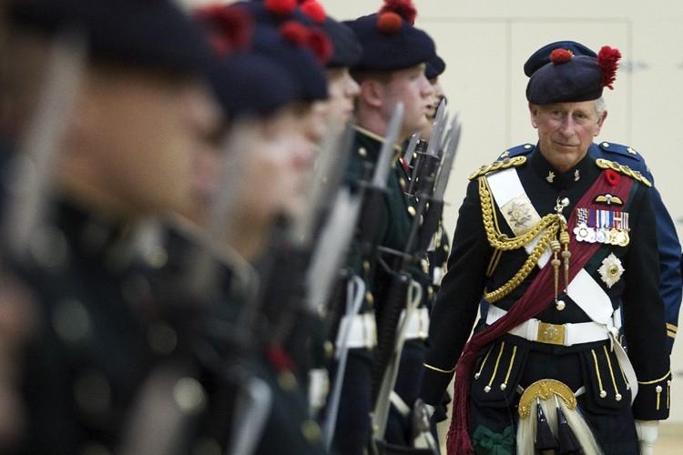 Vêtu du kilt officiel du régiment, le prince... (Photo: Reuters)