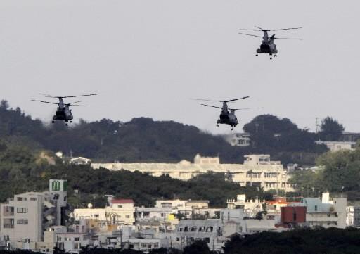 Trois hélicoptères américains survolent la base militaire d'Okinawa.... (Photo: AFP)