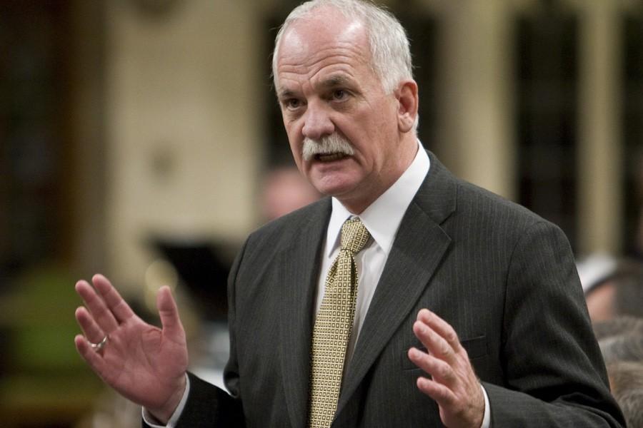 Le ministre de la Sécurité publique, Vic Toews,... (Photo: Archives PC)