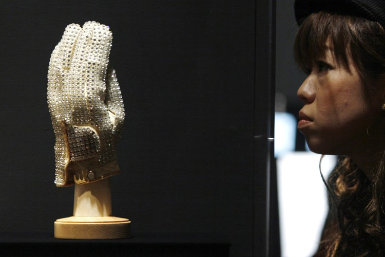 Ce gant de Michael Jackson a été porté... (Photo: Reuters)