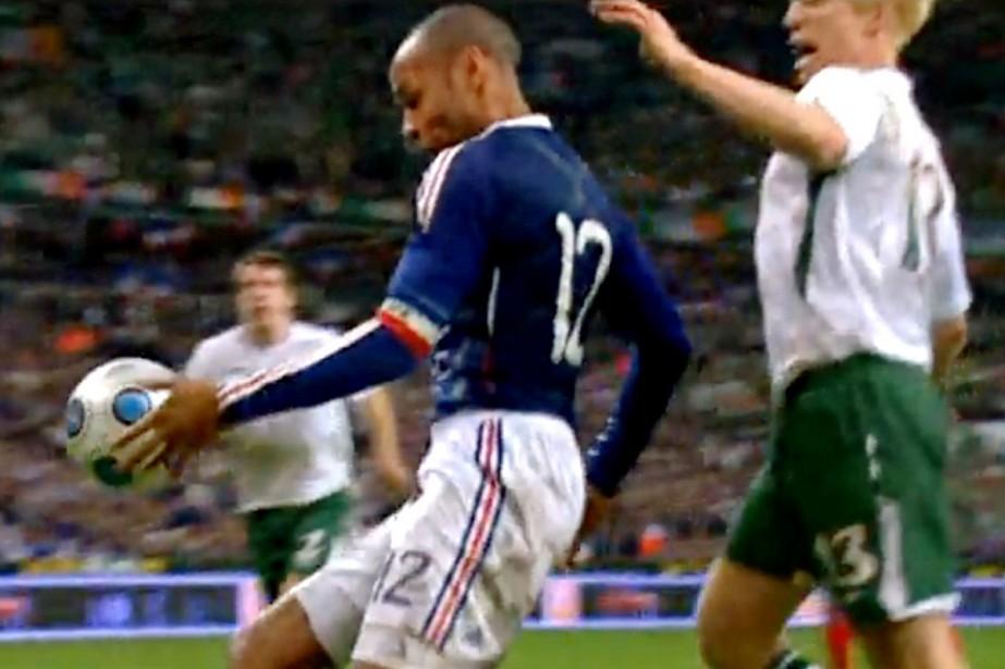 Thierry Henry contrôle le ballon de la main... (Photo: AFP)