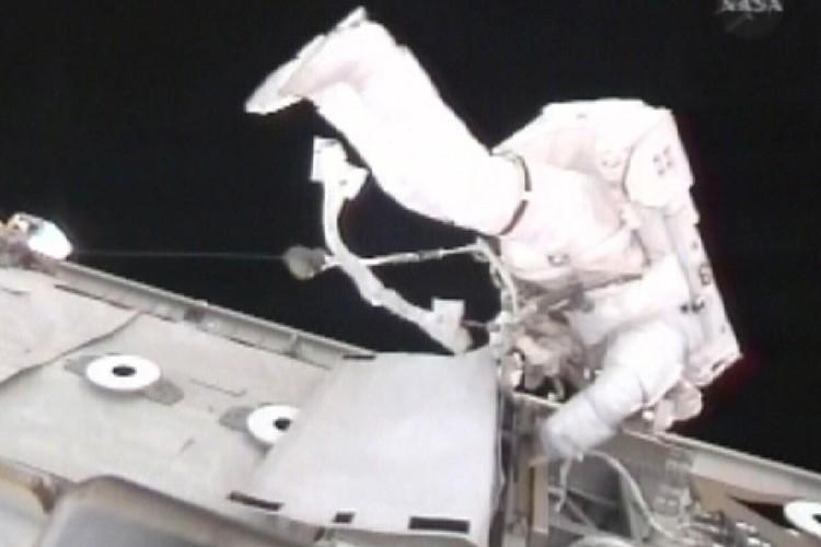 L'astronaute Robert Satcher au travail lors de son... (Photo: AP)
