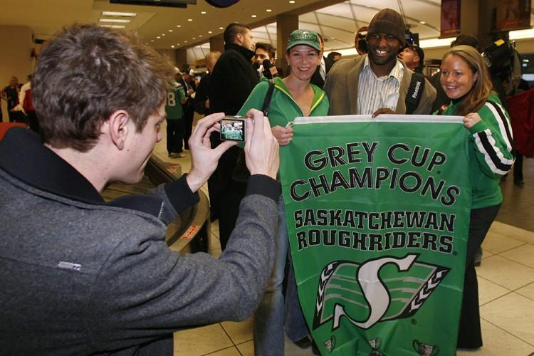 Deux fans des Roughriders se sont fait prendre... (Photo: Reuters)