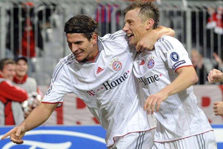 Mario Gomez célèbre avec Ivica Olic.... (Photo: AFP)