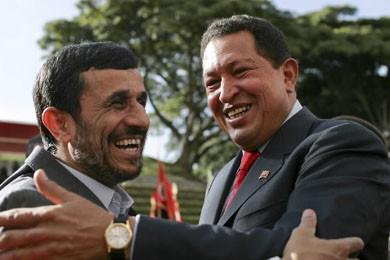 Hugo Chavez et Mahmoud Ahamadinejad se sont embrassés... (Photo: Reuters)