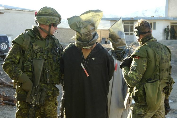 Des soldats canadiens escortent des détenus afghans après... (Photo: Reuters)