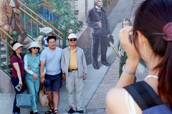 Des touristes chinois au Québec, où ils demeurent... (Photothèque Le Soleil, Steve Deschênes)