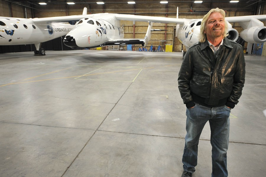 Richard Branson photographié dans un hangar devant le... (Photo: AFP)