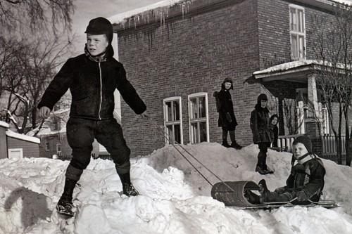 Des enfants en train de jouer à l'extérieur... (Photo tirée du livre Vivre l'hiver au Québec)