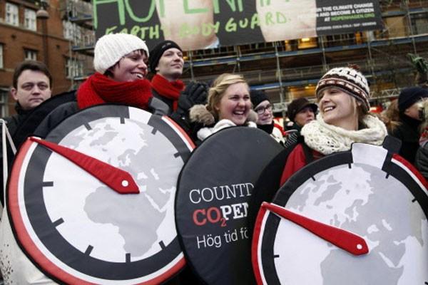 Déguisés, des manifestants dansent au son de la... (Photo: Reuters)