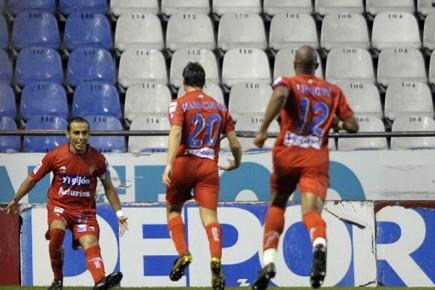 Des affrontements entre supporters radicaux du Sporting Gijon... (Photo: AFP)