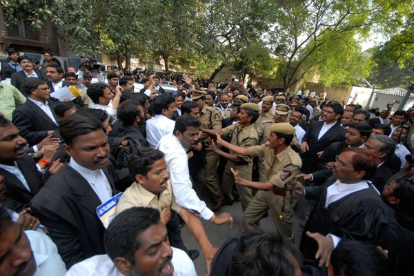 Des policiers tentent de contenir des partisans et... (Photo AP)