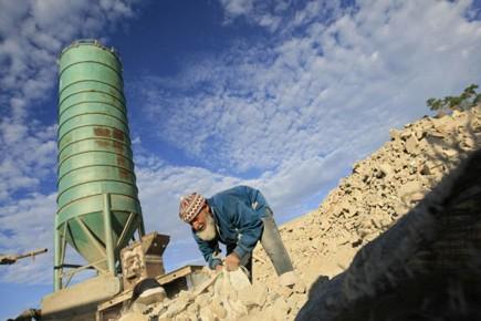 Un Palestinien recycle de la brique sur le... (Photo: AP)