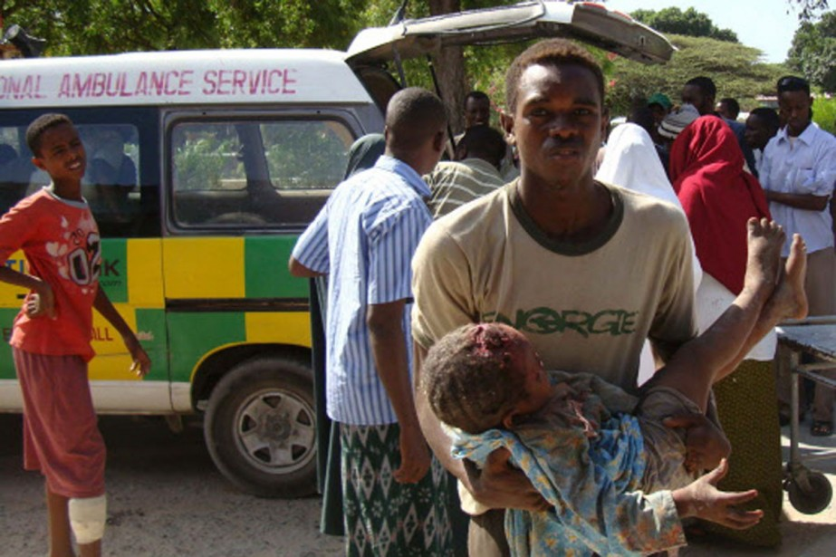 Un homme transporte le corps d'un enfant blessé... (Photo: Reuters)