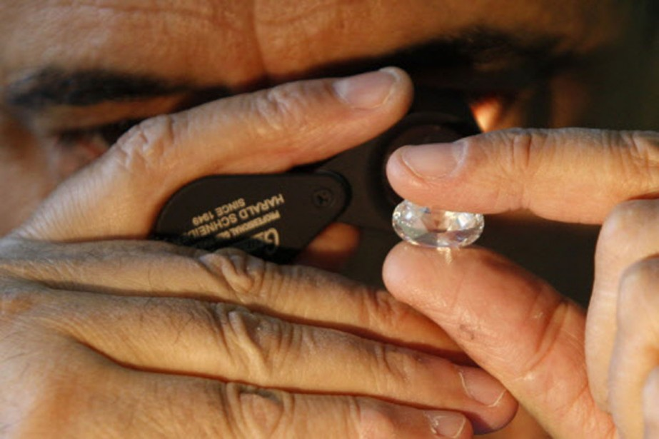 Un expert examine un diamant dans un marché... (Photo: Reuters)