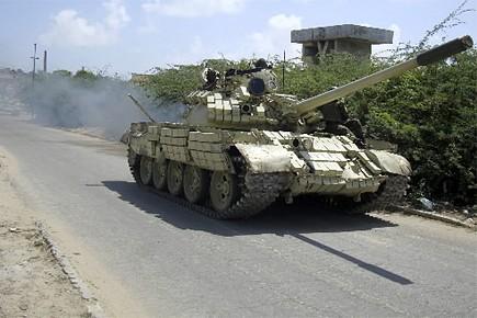 Un char d'assaut de l'Union africaine en Somalie... (Photo: Reuters)
